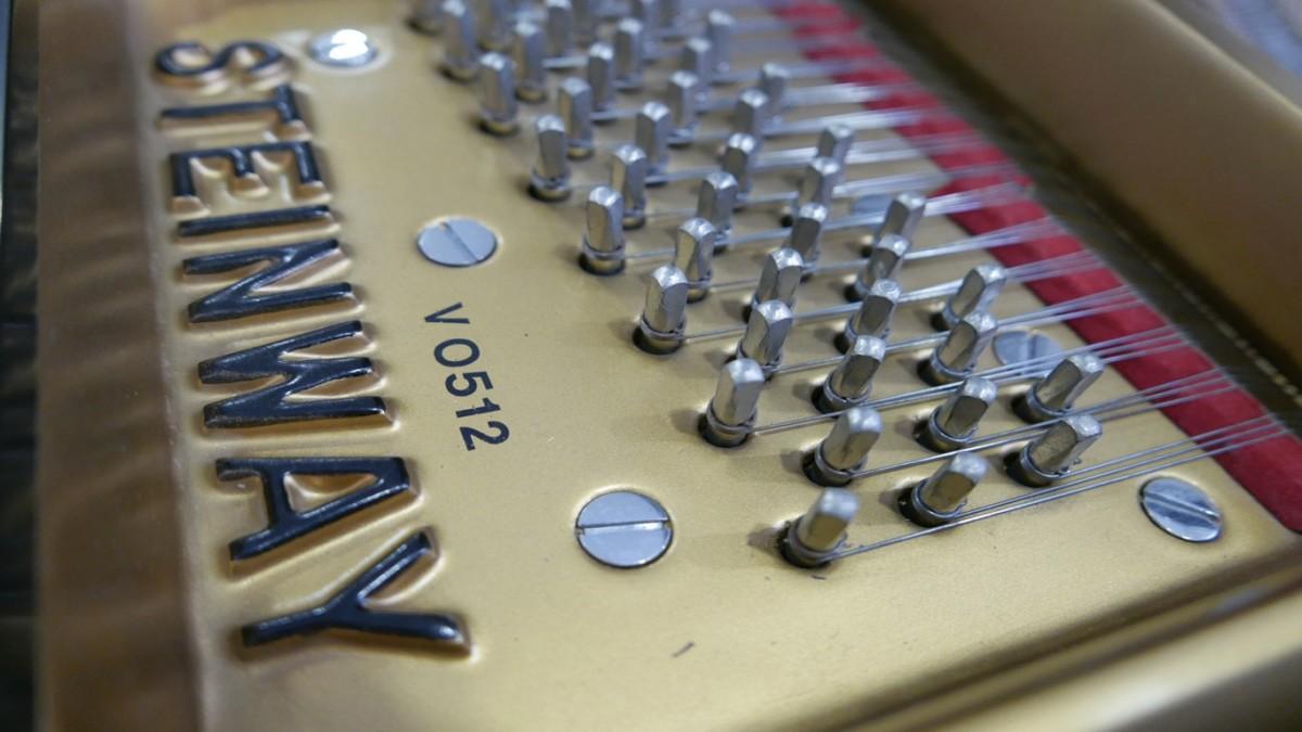 Piano-de-cola-Steinway-S155-511441-detalle-clavijas-numero-marca-bastidor-segunda-mano