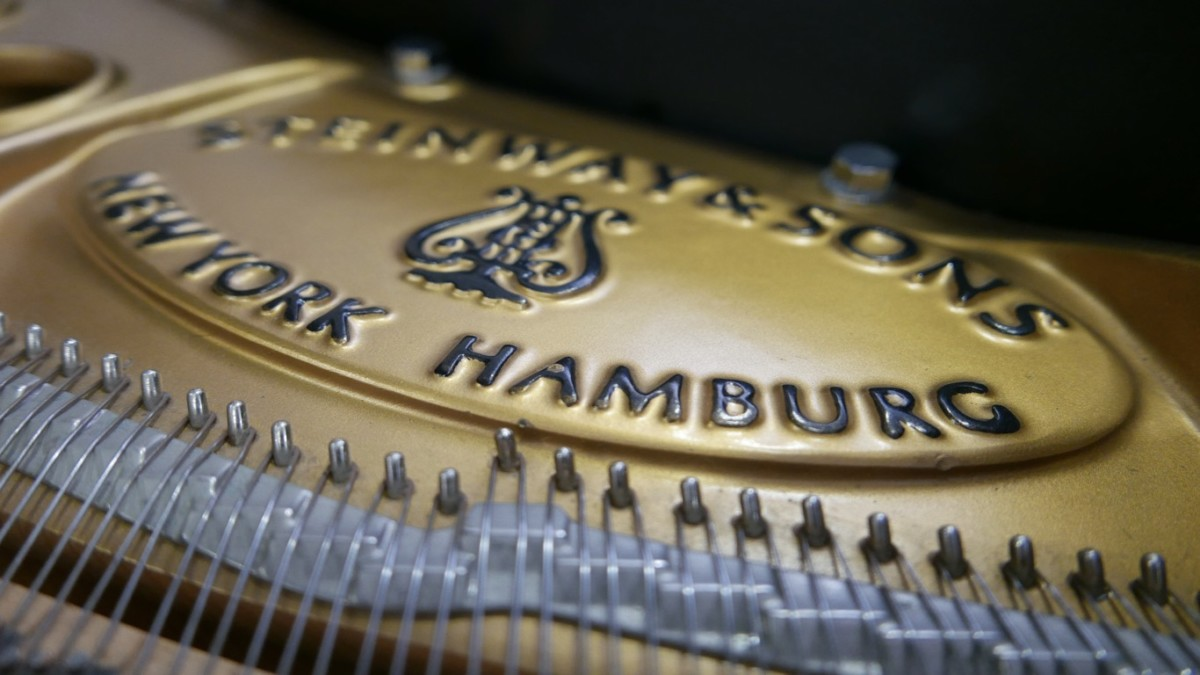 Piano-de-cola-Steinway-S155-511441-detalle-marca-bastidor-logo-segunda-mano