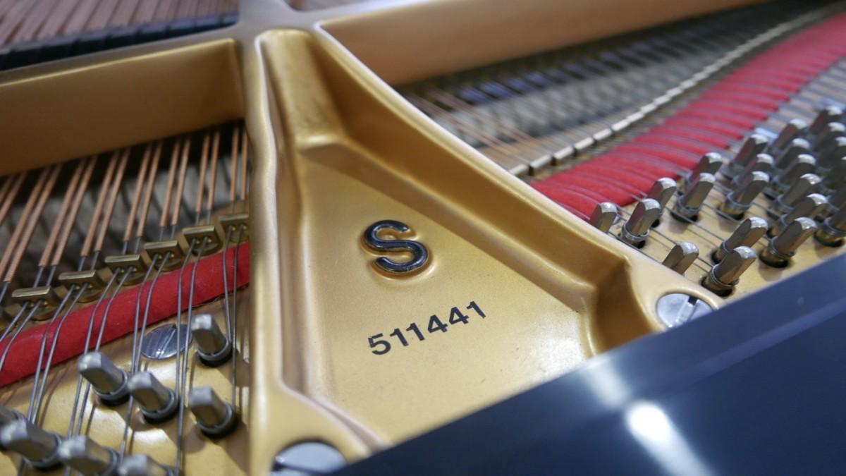 Piano-de-cola-Steinway-S155-511441-detalle-bastidor-numero-de-serie-segunda-mano