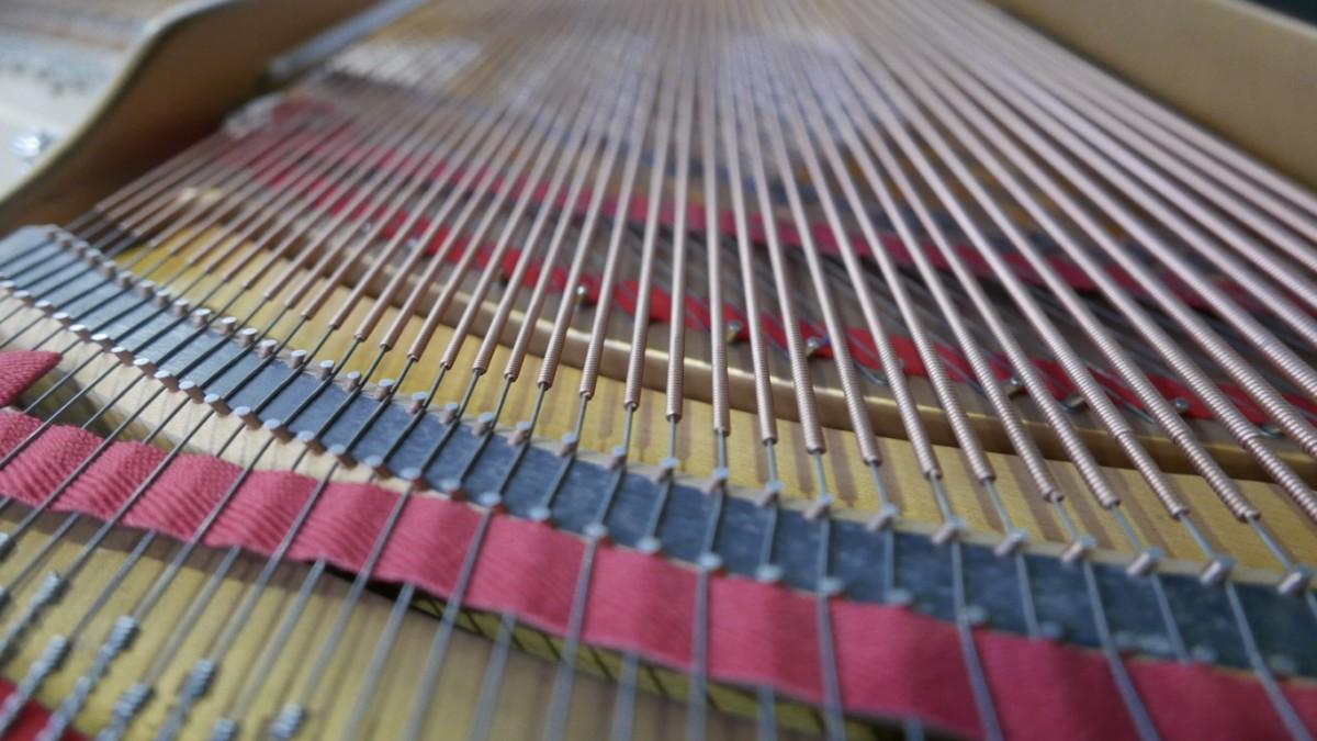 Piano-de-cola-Steinway-S155-511441-detalle-cuerdas-segunda-mano