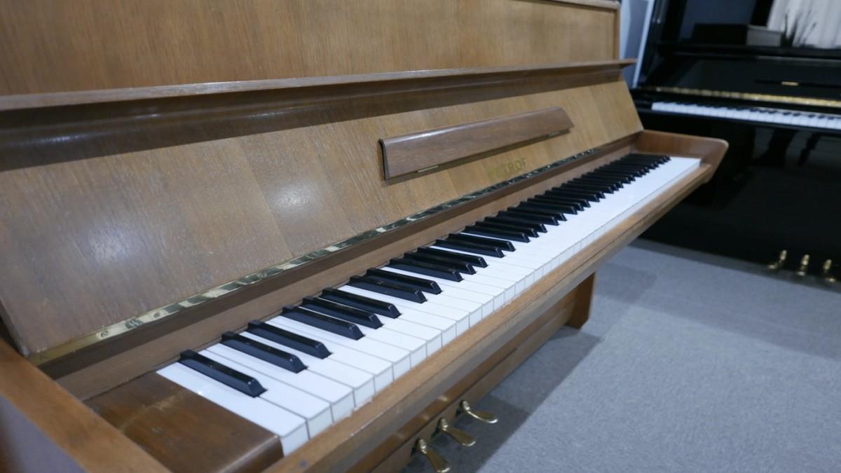 Piano-vertical-petrof-106-339379-detalle-vista-lateral-teclado-tapa-atril-esquina-segunda-mano