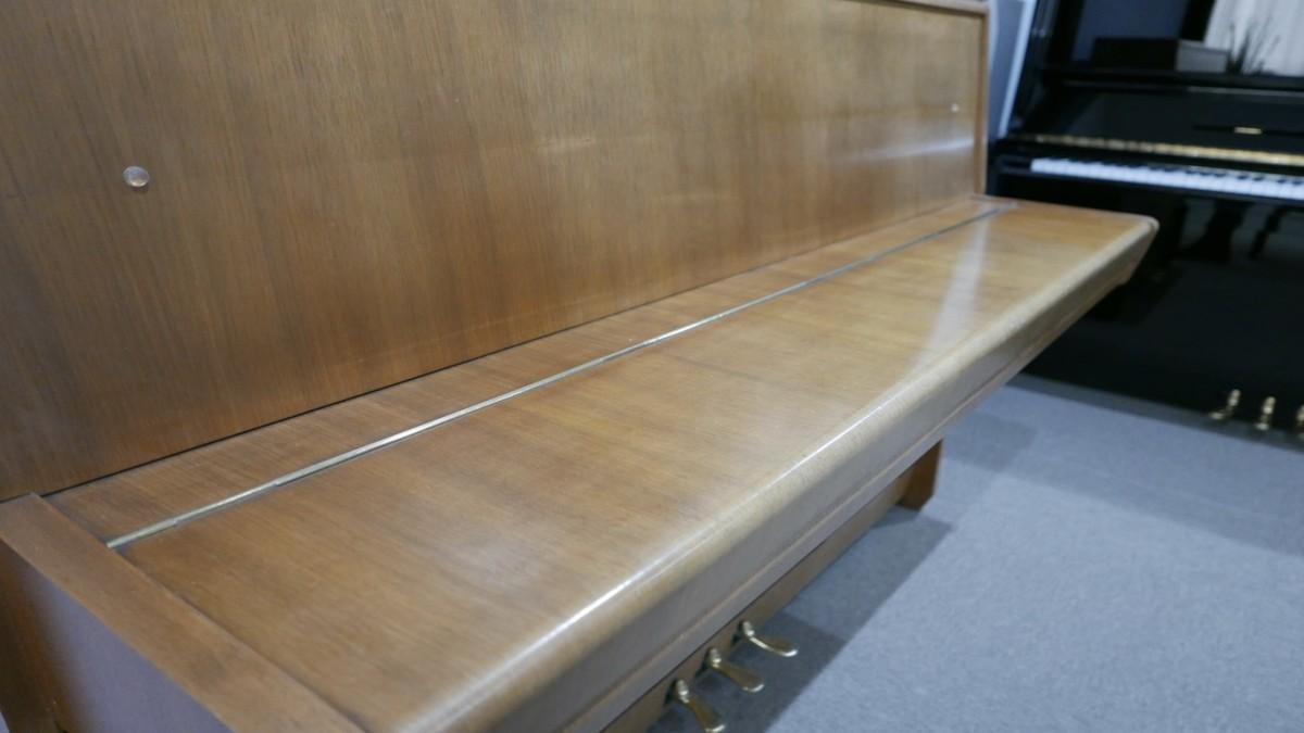 Piano-vertical-petrof-106-339379-detalle-vista-lateral-tapa-cerrada-segunda-mano