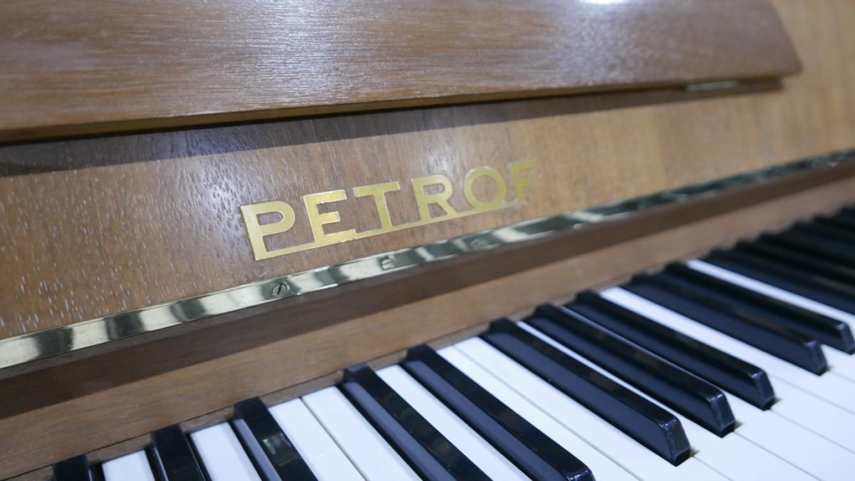 Piano-vertical-petrof-106-339379-detalle-vista-marca-petrof-teclas-segunda-mano