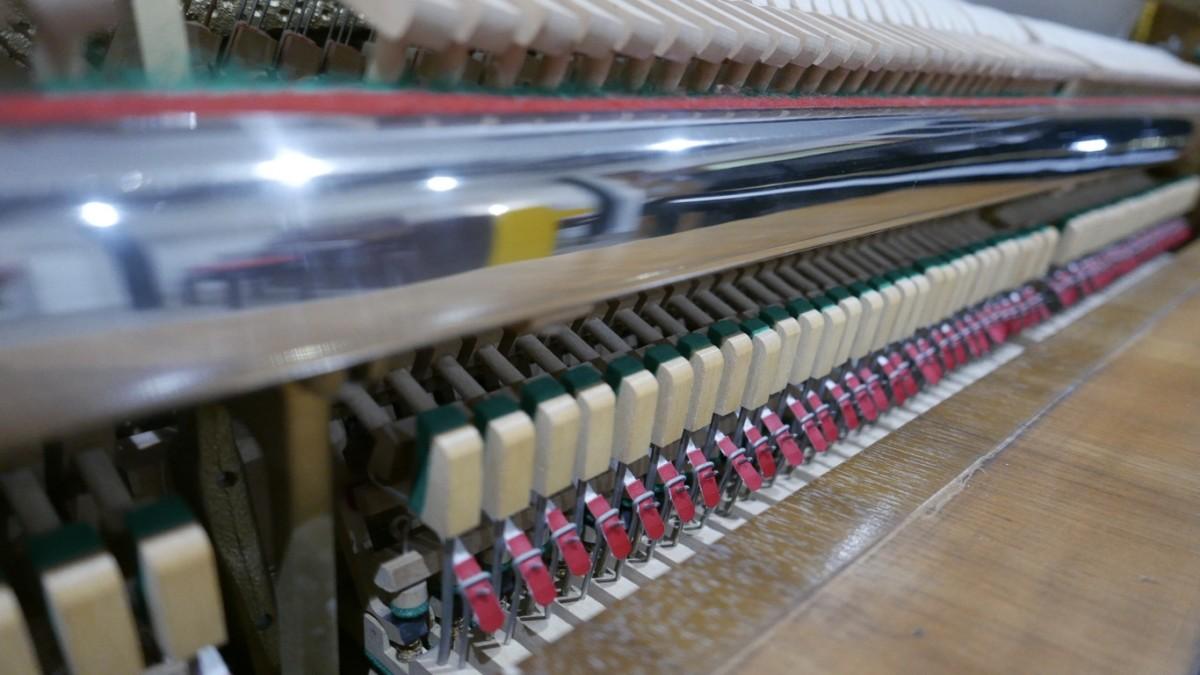 Piano-vertical-petrof-106-339379-detalle-mecanismo-basculas-barra