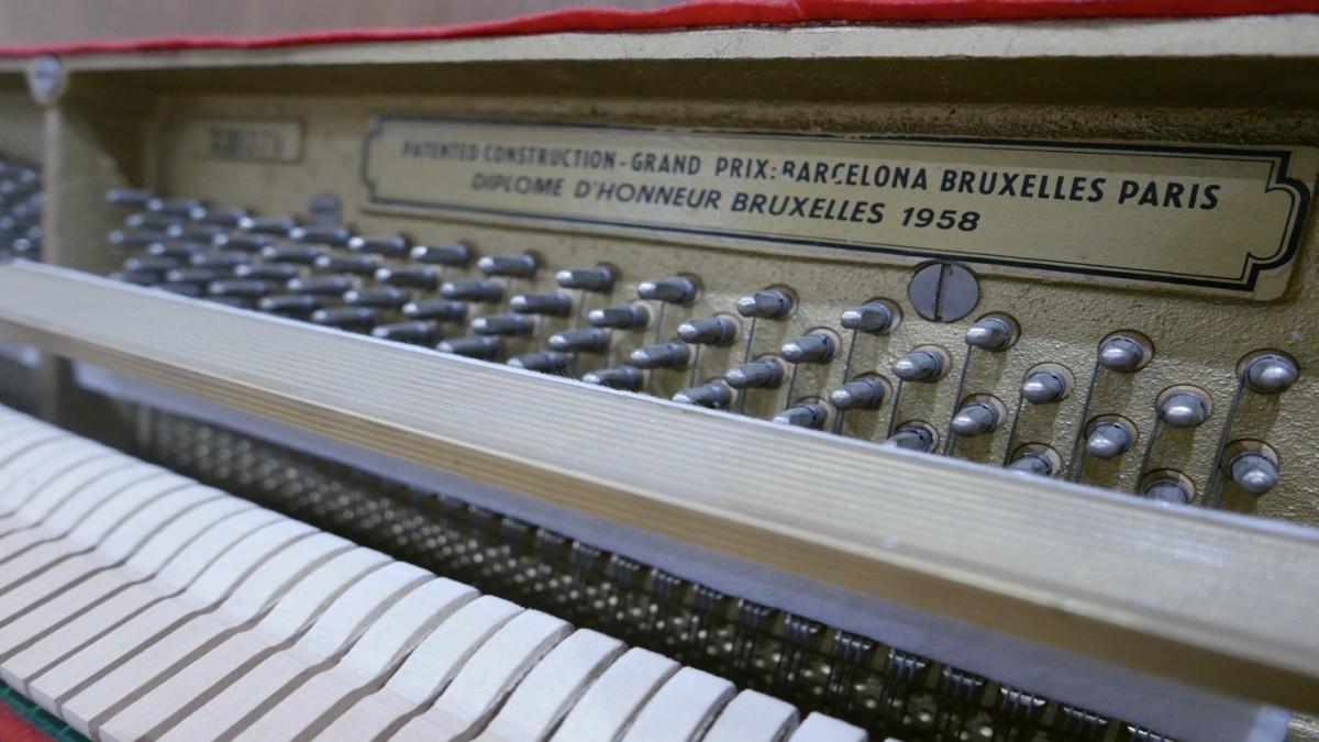 Piano-vertical-petrof-106-339379-detalle-clavijero-sordina-numero-de-serie-segunda-mano