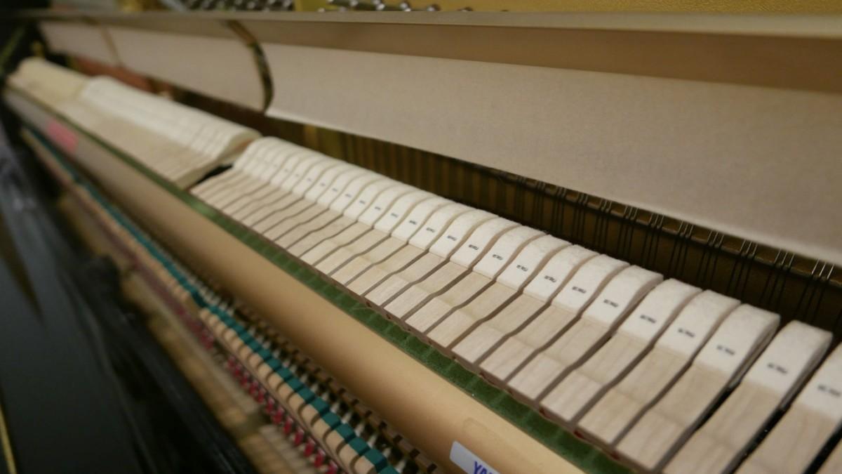 Piano-vertical-Yamaha-HQ90B-5411420-detalle-macillos-fieltro-segunda-mano