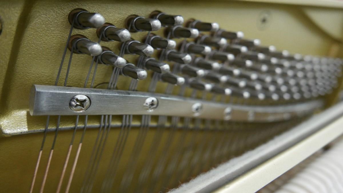 Piano-vertical-Yamaha-HQ90B-5411420-detalle-clavijas-barra-segunda-mano