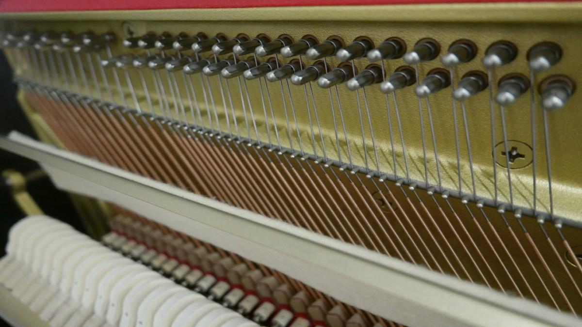 Piano-vertical-Yamaha-HQ90B-5411420-detalle-clavijas-cuerdas-fieltro-segunda-mano