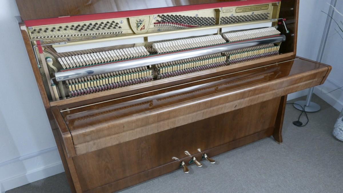 Piano-vertical-petrof-113-257884-detalle-vista-general-mecanismo-de-cerca-segunda-mano