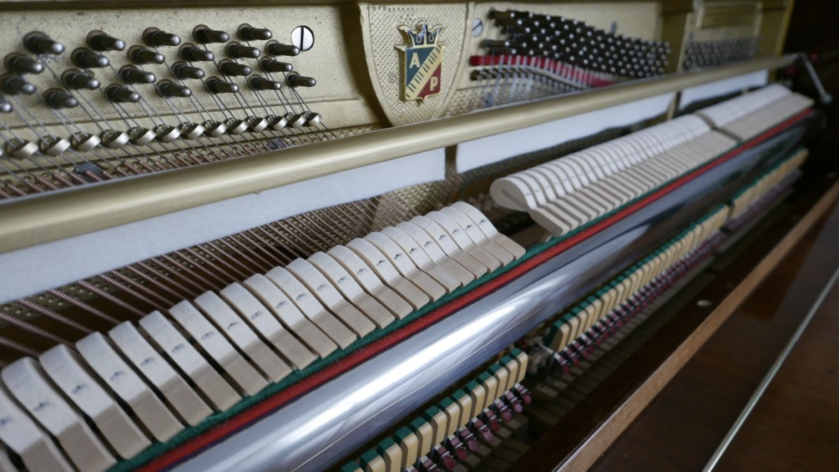 Piano-vertical-petrof-113-257884-detalle-vista-lateral-mecanismo-macillos-barra-fieltro-segunda-mano