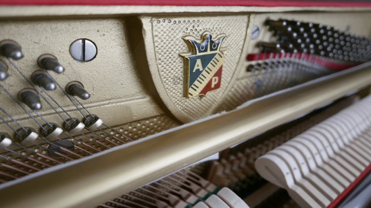 Piano-vertical-petrof-113-257884-detalle-vista-lateral-mecanismo-macillos-barra-fieltro-logo-petrof-segunda-mano