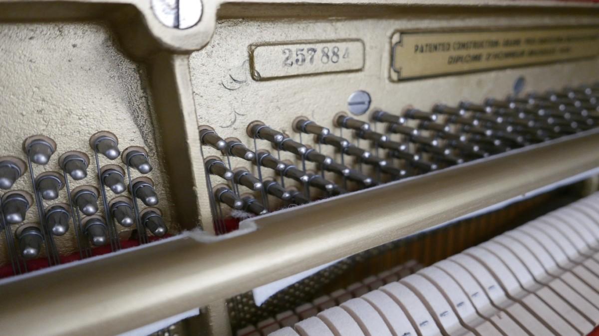 Piano-vertical-petrof-113-257884-detalle-mecanismo-clavijero-numero-de-serie-segunda-mano