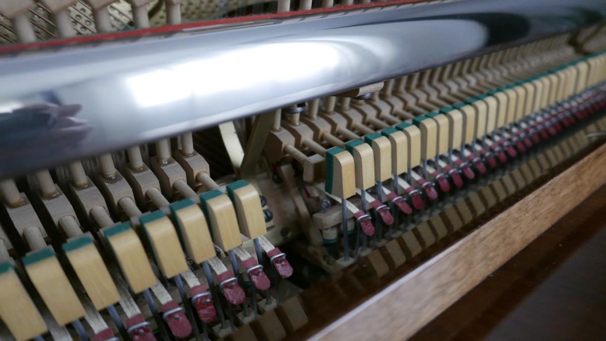 Piano-vertical-petrof-113-257884-detalle-mecanismo-barra-basculas-segunda-mano