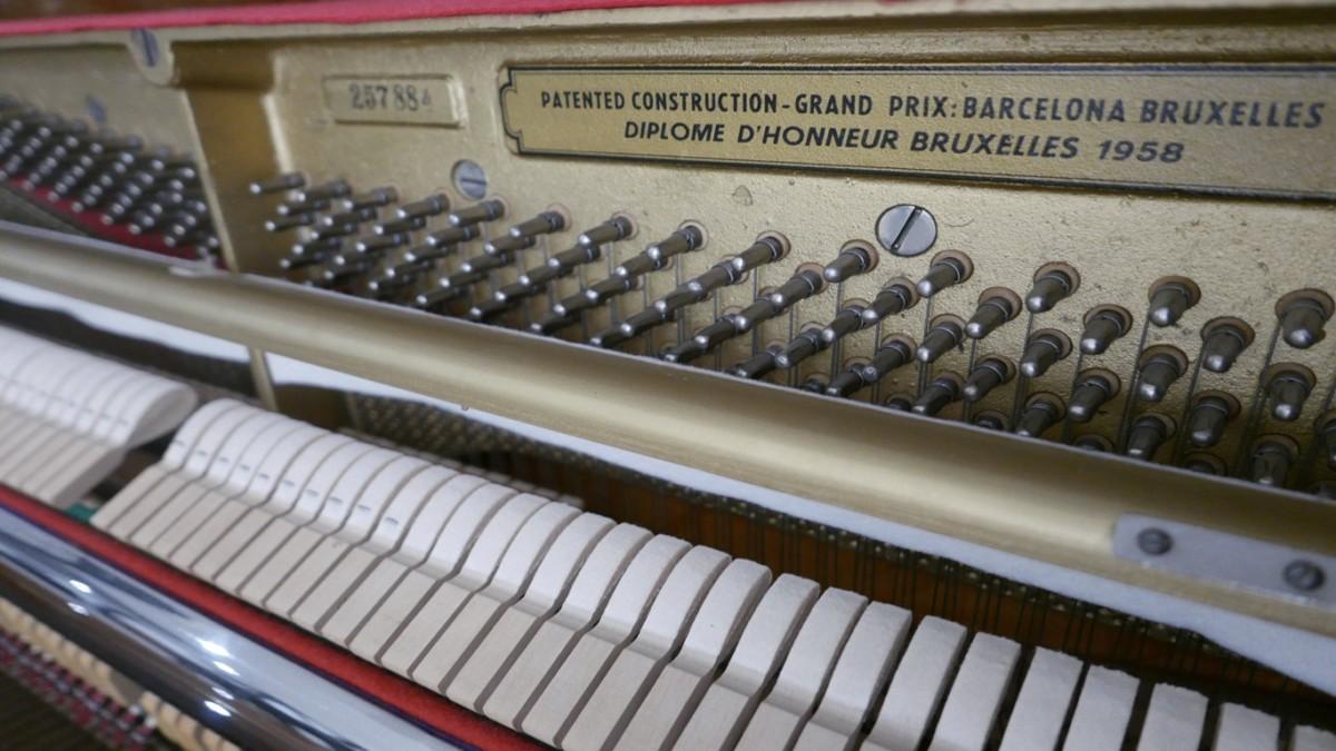 Piano-vertical-petrof-113-257884-detalle-mecanismo-macillos-clavijero-chapa-segunda-mano
