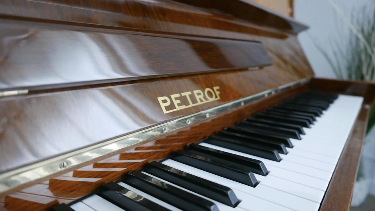 Piano-vertical-petrof-113-257884-detalle-vista-atril-marca-petrof-teclas-segunda-mano