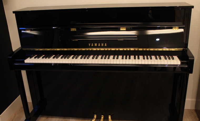 piano vertical Yamaha B2e #J35379661 vista general piano abierto