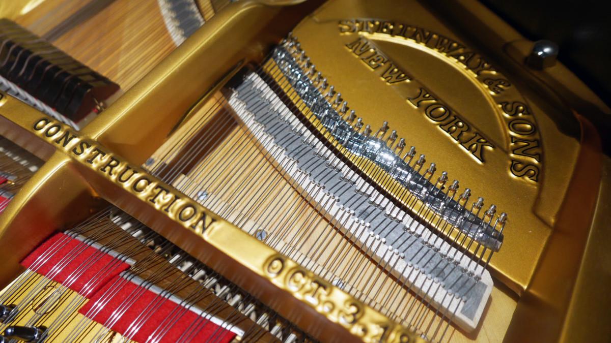 piano de cola Steinway & Sons O180 #238610 detalle arpa cuerdas interior