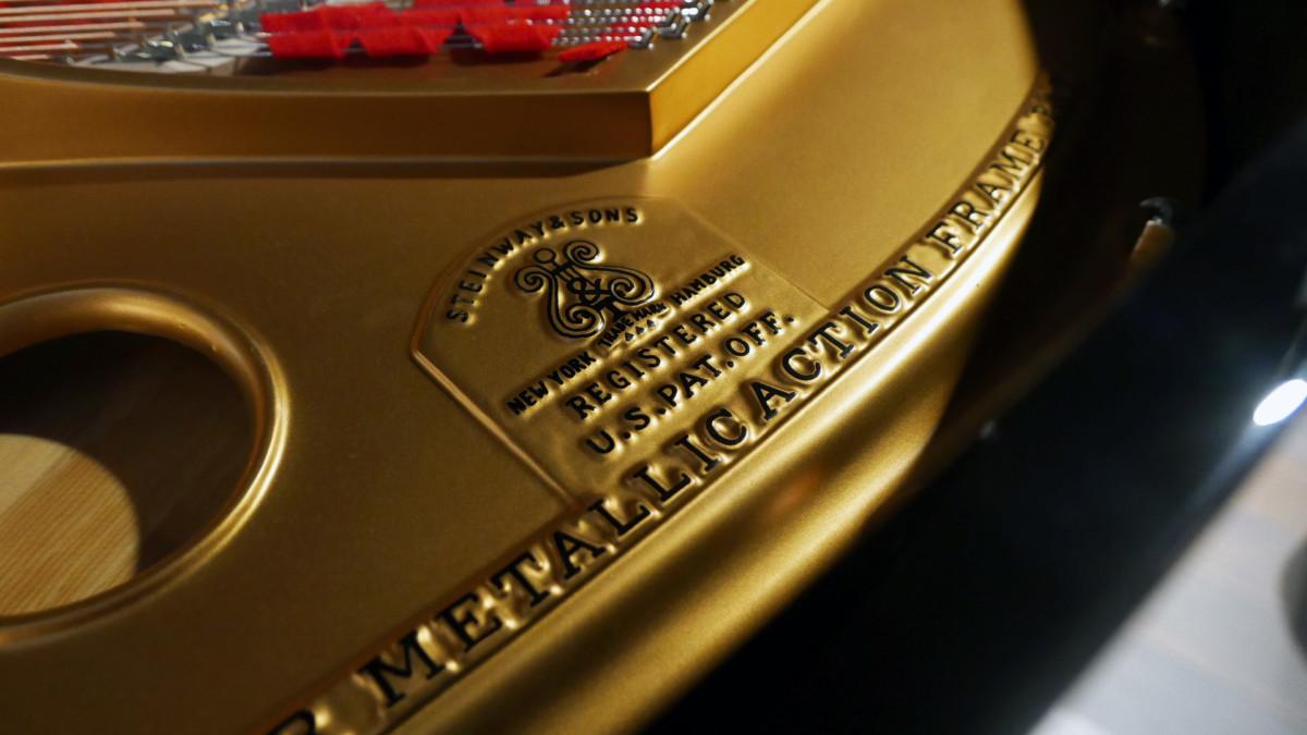 piano de cola Steinway & Sons O180 #238610 detalle arpa firma sello
