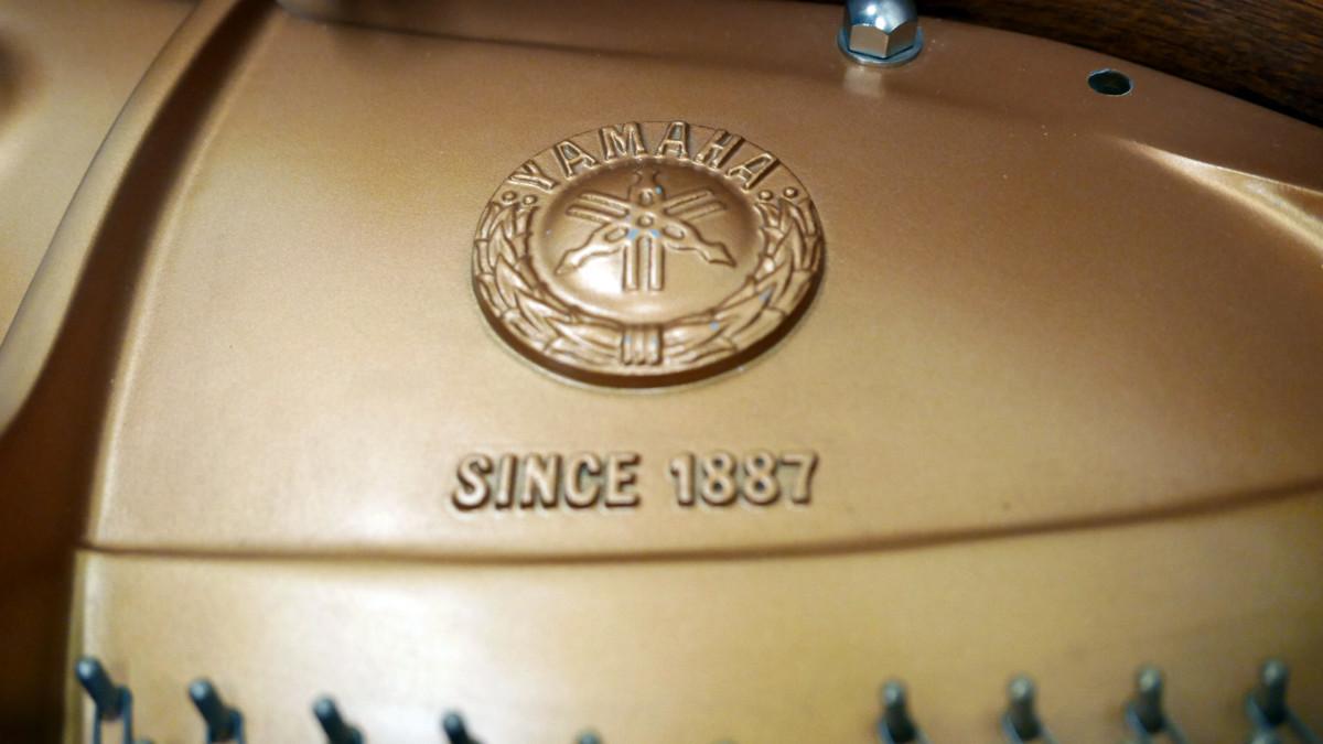 piano de cola Yamaha C3 #5972447 detalle interior arpa firma sello escudo