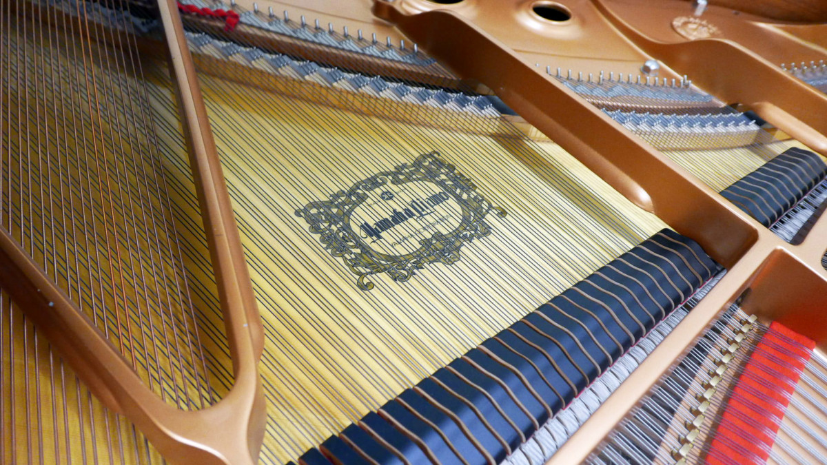 piano de cola Yamaha C3 #5972447 interior arpa caja de resonancia cuerdas firma