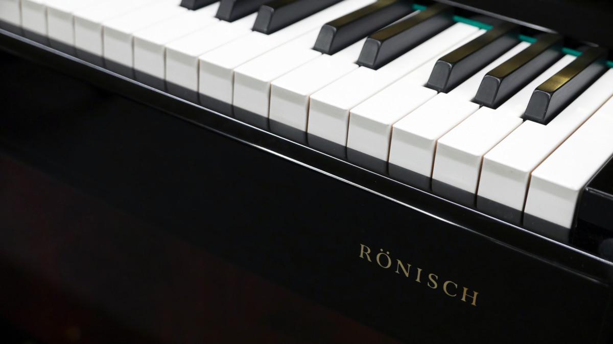 piano vertical Rönish #206292 detalle teclado marca