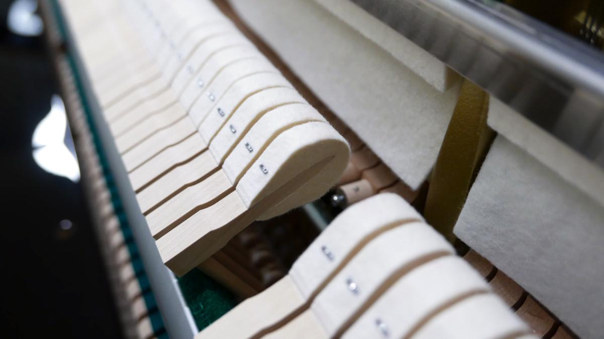 piano vertical Yamaha B2e PE #J35378598 detalle martillos macillos martillo macillo mecánica interior