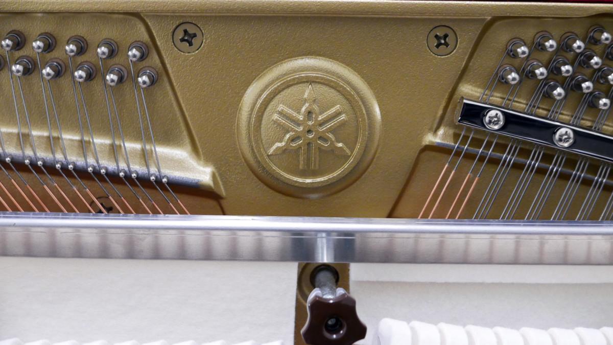piano vertical Yamaha B2e PE #J35378598 sello mecánica interior clavijero clavijas