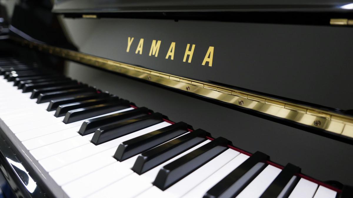 piano vertical Yamaha B2e PE #J35378598 teclado teclas marca