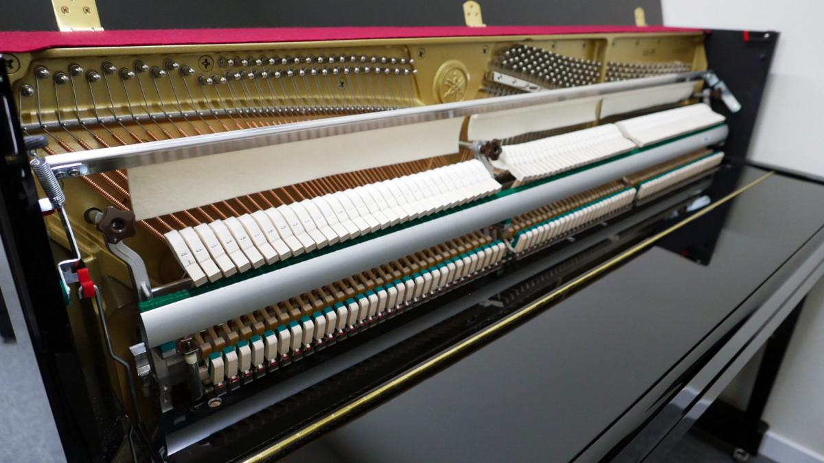 piano vertical Yamaha B2e PE #J35378598 vista lateral general mecánica interior