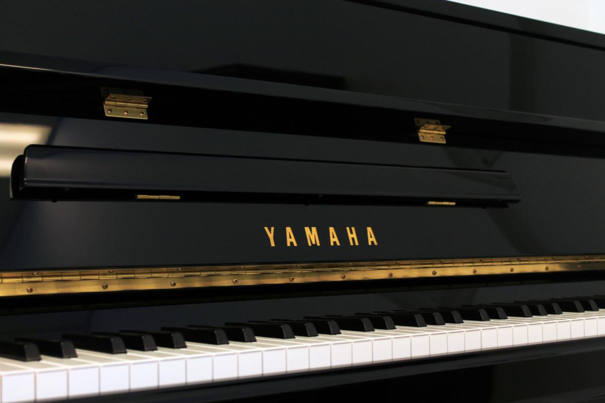 piano vertical Yamaha B2e #J35379661 atril teclas teclado mueble