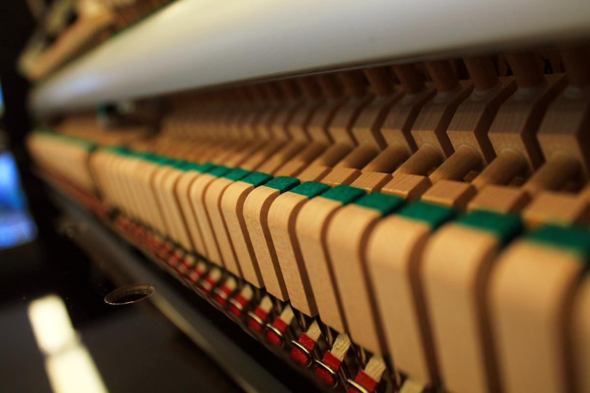 piano vertical Yamaha B2e #J35379661 detalle basculas mecanica interior