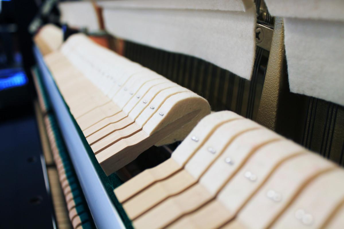 piano vertical Yamaha B2e #J35379661 detalle martillos macillos mecanica interior