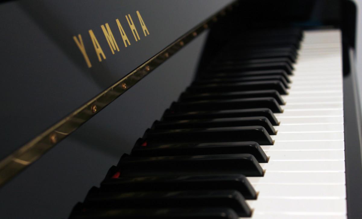 piano vertical Yamaha B2e #J35379661 vista lateral teclado teclas marca