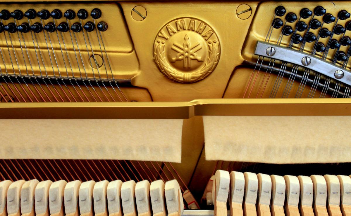 piano vertical Yamaha U1 #2901165 detalle firma marca interior clavijero