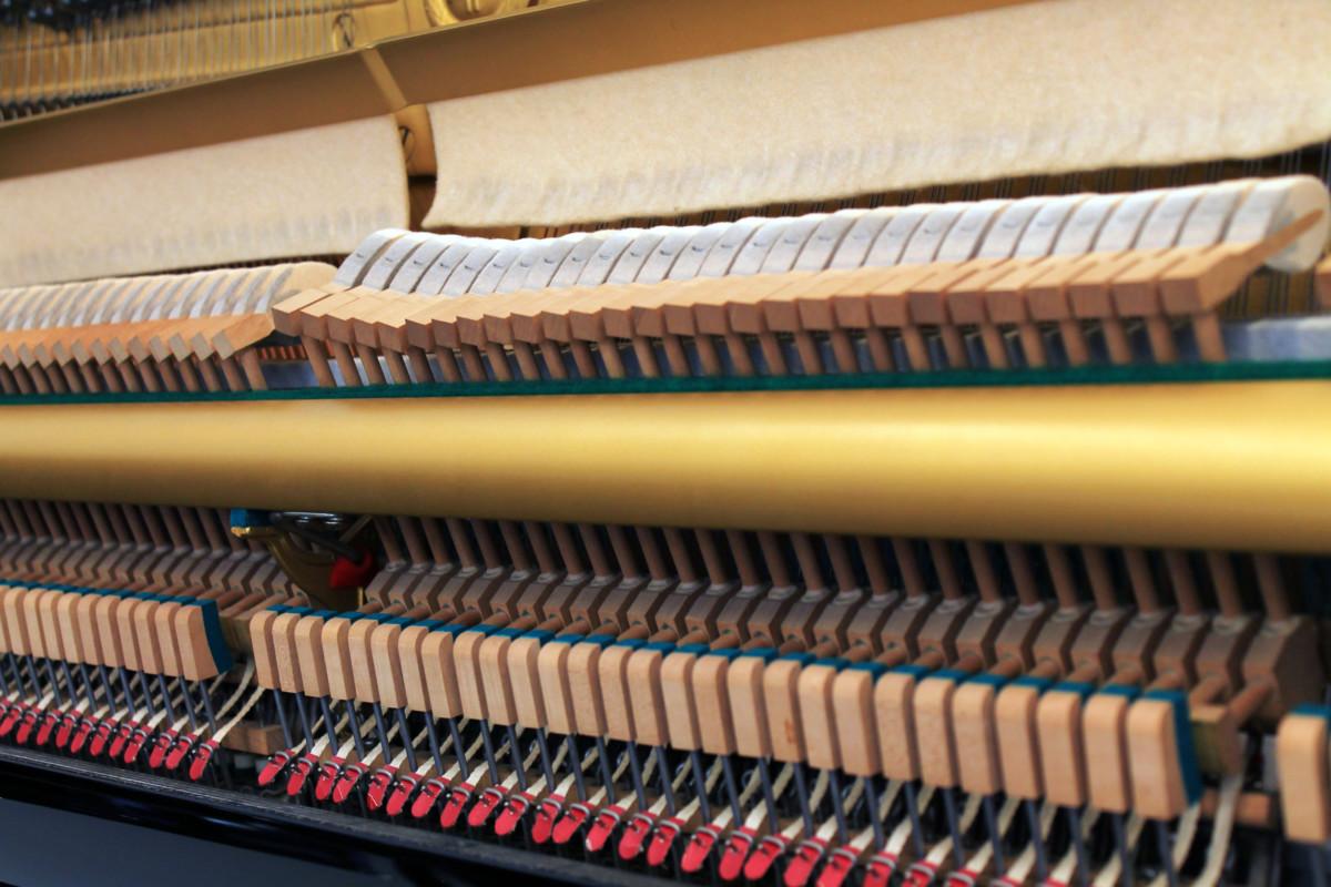 piano vertical Yamaha U1 #2901165 detalle interior mecánica martillos sordina