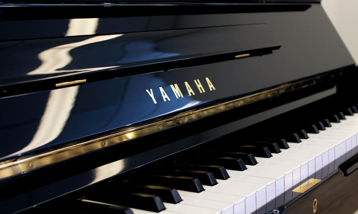 piano vertical Yamaha U1 #2901165 teclas teclado marca
