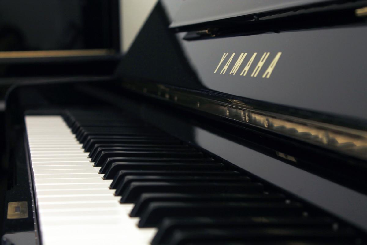 piano vertical Yamaha U1 #2901165 vista lateral teclado teclas