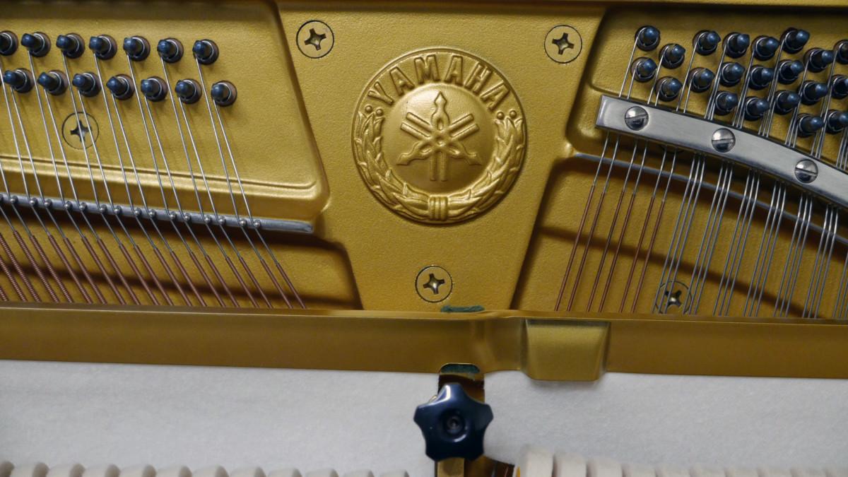 piano vertical Yamaha U3A #4022673 sello firma clavijero clavijas