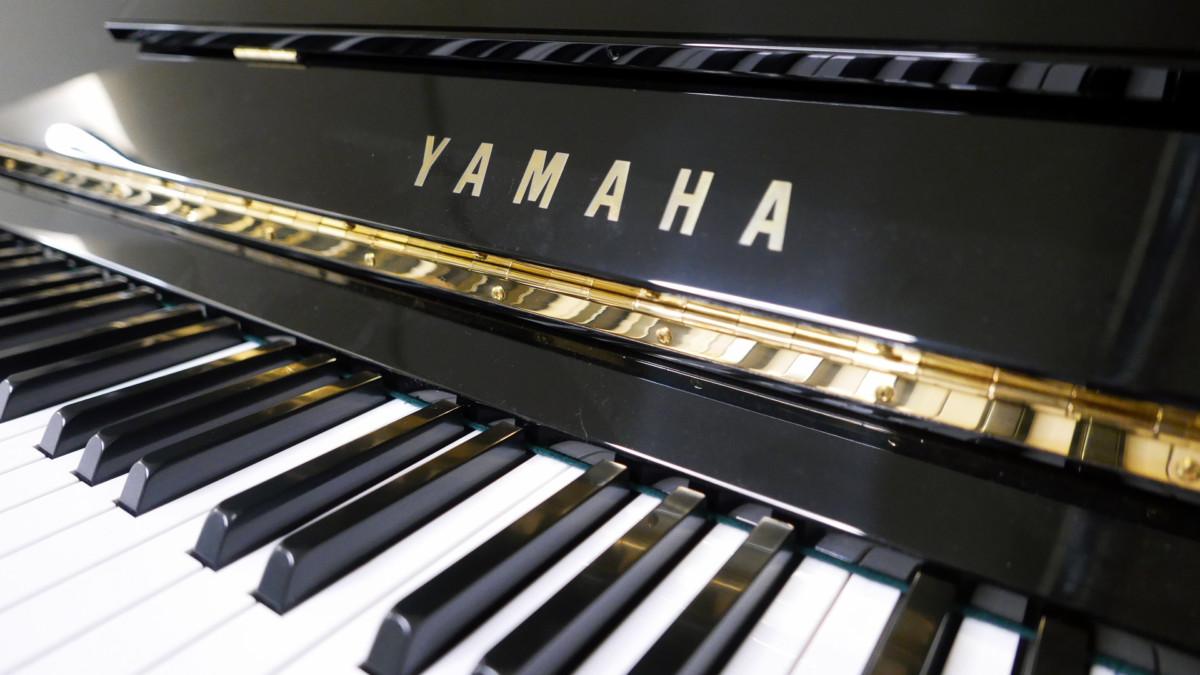 piano vertical Yamaha U3A #4022673 teclado teclas marca