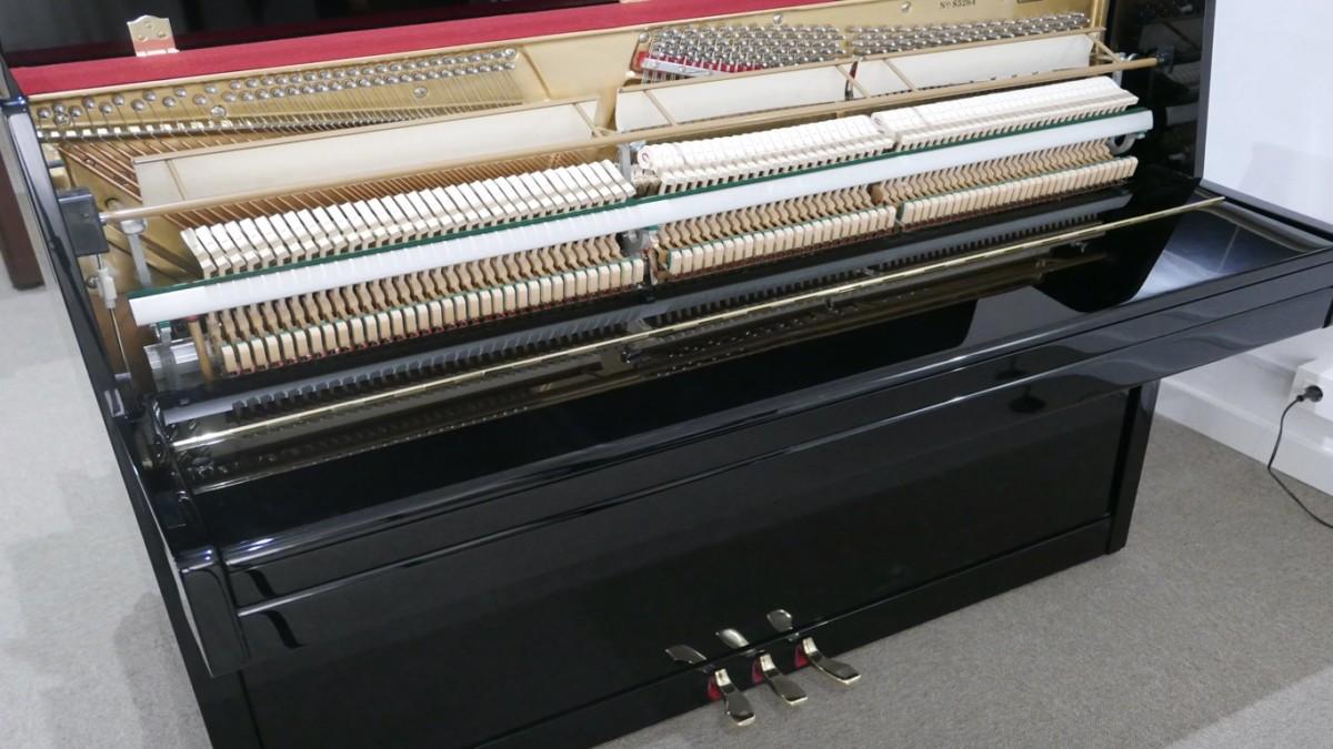 Piano-vertical-Konig-k109-85264-detalle-vista-general-mecanismo-de-cerca-segunda-mano