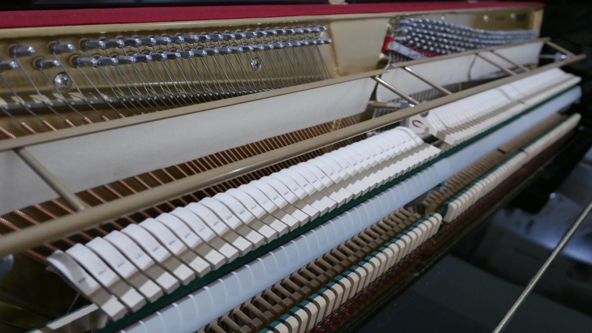 Piano-vertical-Konig-k109-85264-detalle-vista-general-mecanismo-macillos-barra-clavijero-segunda-mano