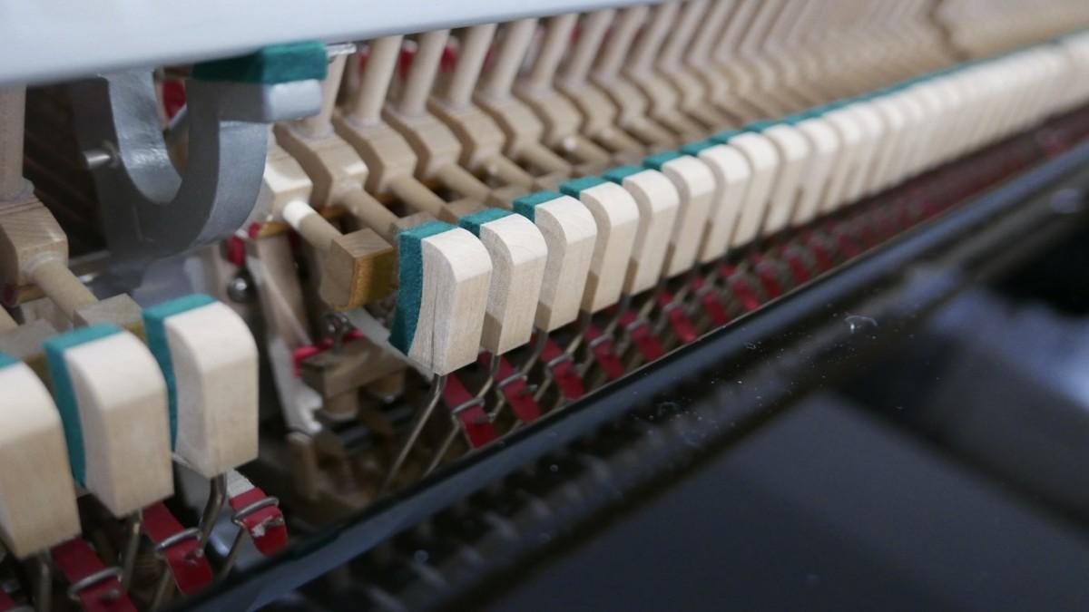 Piano-vertical-Konig-k109-85264-detalle-vista-general-mecanismo-basculas-segunda-mano