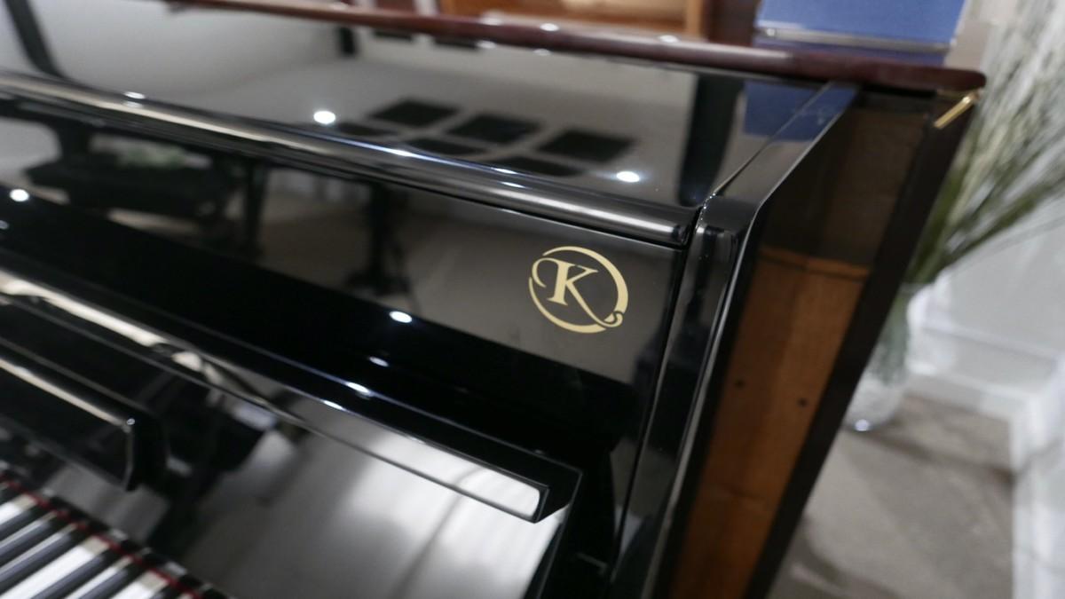 Piano-vertical-Konig-k109-85264-detalle-tapa-superior-logo-marca-segunda-mano