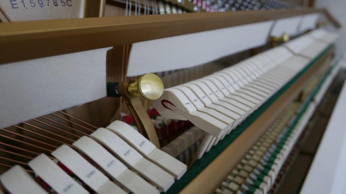 Piano-vertical-Essex-EUP123E-159785-detalle-vista-mecanismo-macillos-fieltro-sordina-segunda-mano