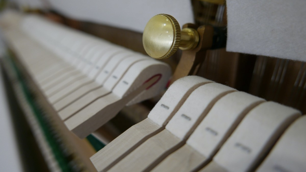 Piano-vertical-Essex-EUP123E-159785-detalle-vista-mecanismo-macillos-segunda-mano