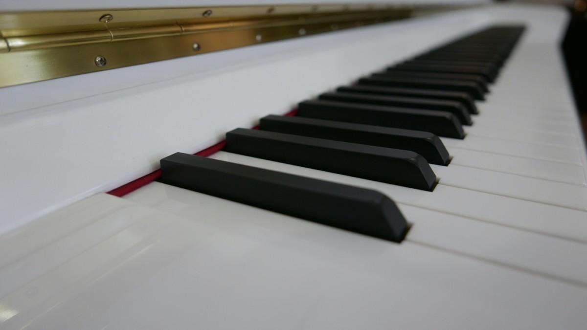 Piano-vertical-Essex-EUP123E-159785-detalle-vista-teclado-segunda-mano