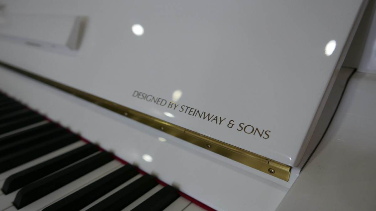 Piano-vertical-Essex-EUP123E-159785-detalle-vista-designed-by-steinway--atril-bisagra-tecla-segunda-mano