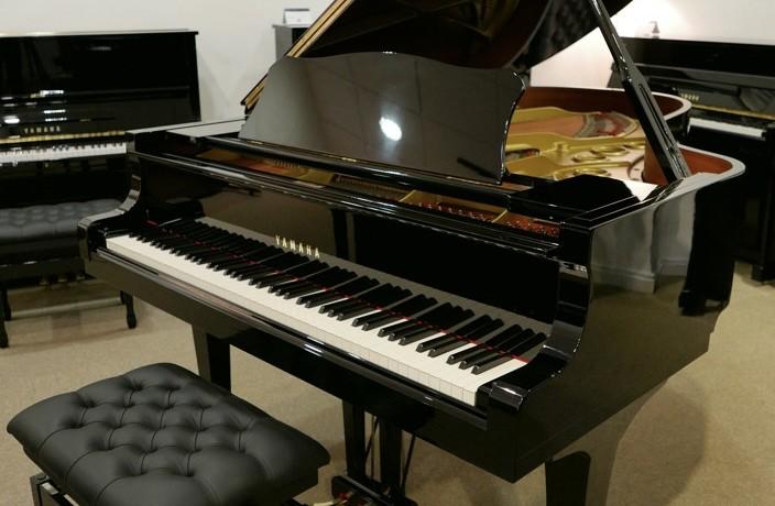 Piano-de-cola-Yamaha-C5-4600641-detalle-vista-general-con-banqueta-segunda-mano