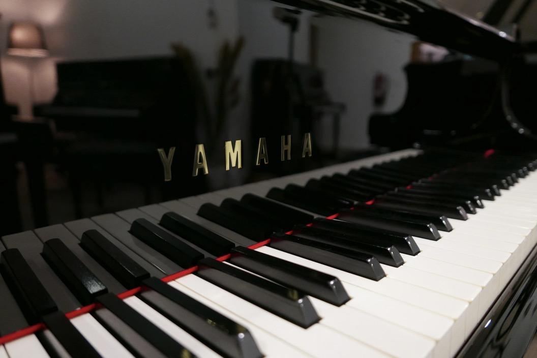 Piano-de-cola-Yamaha-C5-4600641-detalle-teclado-atril-teclas-marca-segunda-mano