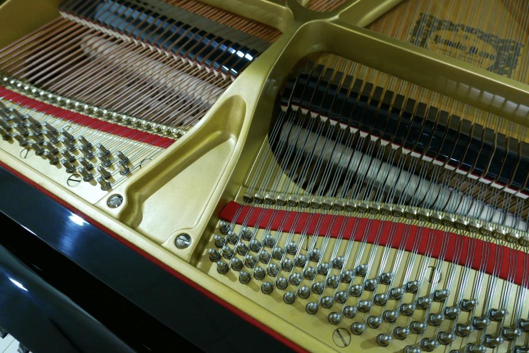 Piano-de-cola-Yamaha-C5-4600641-detalle-clavijero-cuerdas-fieltro-segunda-mano